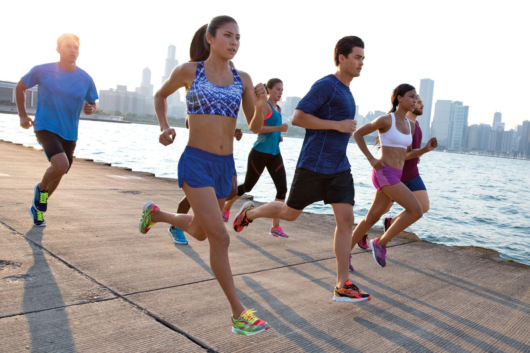 Das Angebot an Sportschuhen ist groß. Für eine natürliche Abrollbewegung und Entlastung der Gelenke sorgen Natural-Running-Schuhe. Foto: djd/Skechers USA Deutschland GmbH