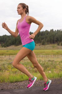 Die sogenannten Natural-Running-Schuhe sind flacher als herkömmliche Laufschuhe und haben eine geringere Fersensprengung. Foto: djd/Skechers USA Deutschland GmbH
