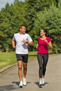 Intensives Joggen ist gut für die Ausdauer und das Herz-Kreislauf-System - aber auch eine Belastung für den Bewegungsapparat. Foto: djd/CH-Alpha Sport/Fotolia-CandyBox Images