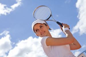 Sprints und schnelle Richtungswechsel: Tennis erfordert starke Muskeln, Bänder, Sehnen und Faszien. Foto: djd/CH-Alpha Sport/Fotolia-Sebastian Duda