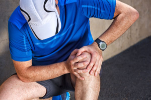Wenn das Knie schmerzt, kann das ein Anzeichen für einen beginnenden Gelenkverschleiß sein. Foto: djd/CH-Alpha Sport/Fotolia-Dmytro Panchenko